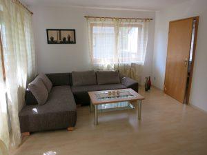 Bild des Wohnzimmer mit Couch der Ferienwohnung Rudolphi